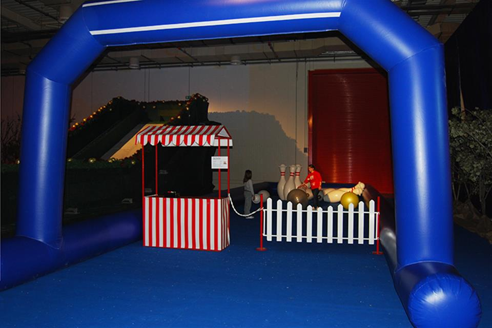 Inflatable barrier with arch by airgame